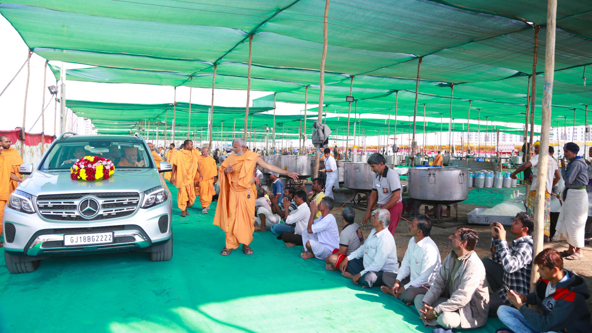 Swamishri visits various departments in Swaminarayan Nagar