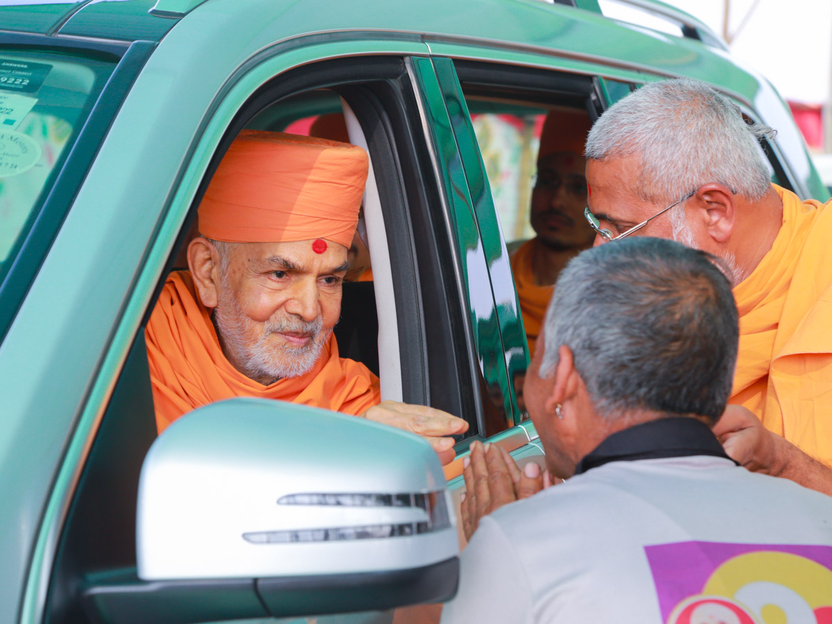 Swamishri blesses a volunteer