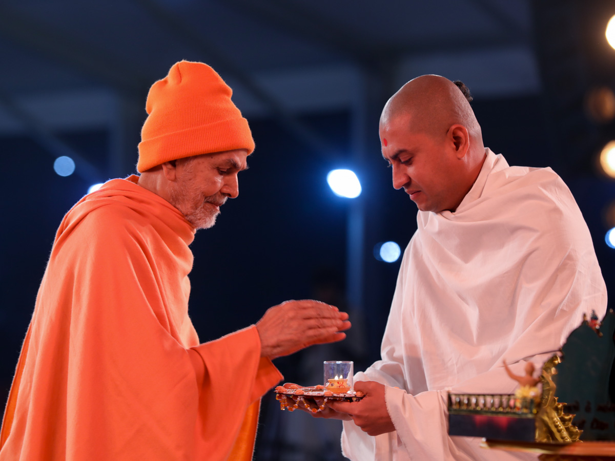 Swamishri takes aska after arti