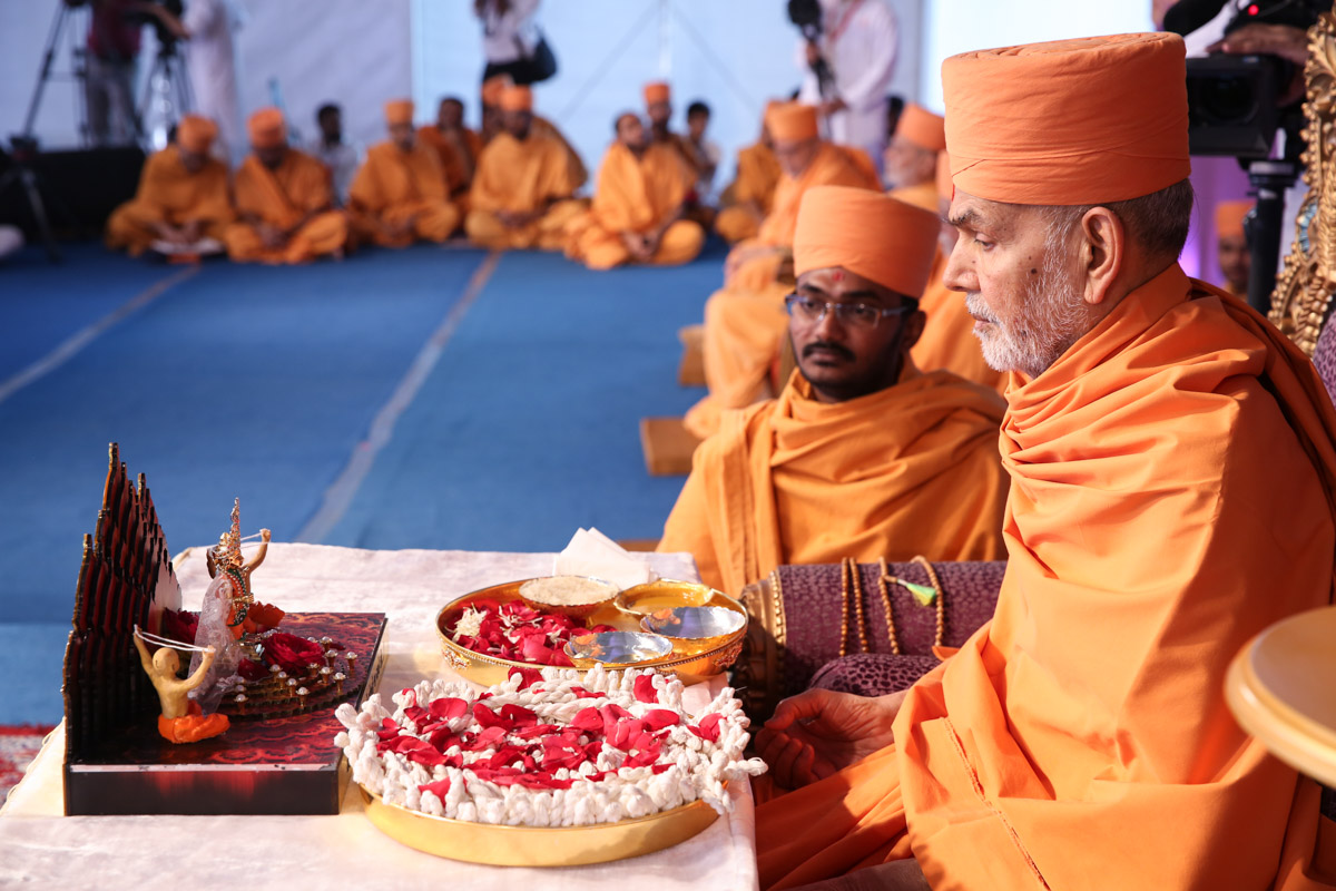 Swamishri sanctifies janois during the diksha ceremony