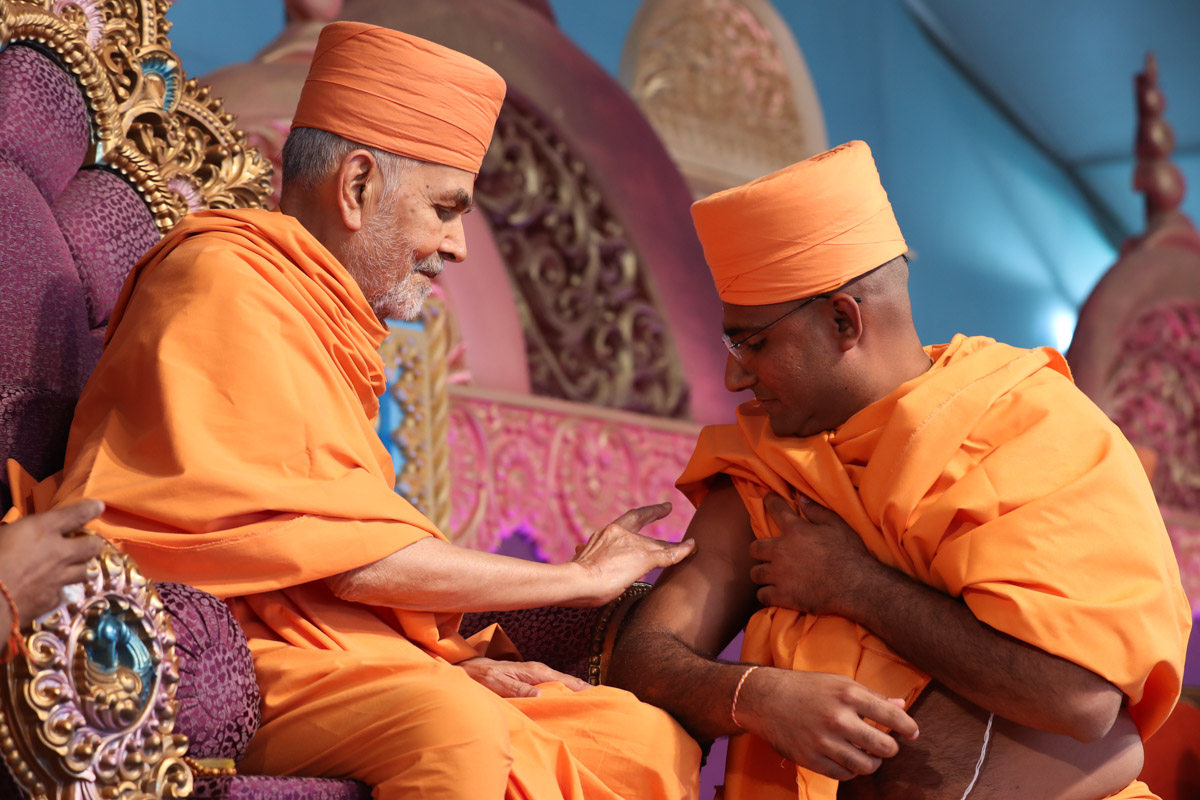 Swamishri gives diksha mantra to newly initiated sadhus and blesses them