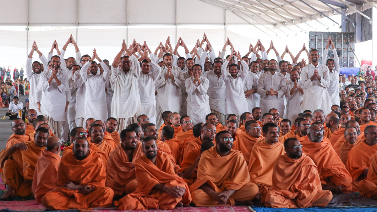 Sadhaks doing darshan of Swamishri