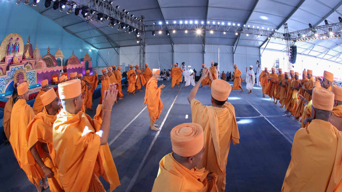 Newly initiated sadhus and parshads rejoice before Swamishri