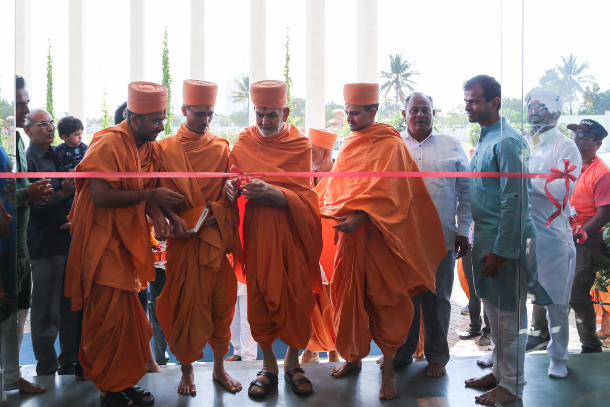 Swamishri performs opening ceremony of a school run by a well-wisher