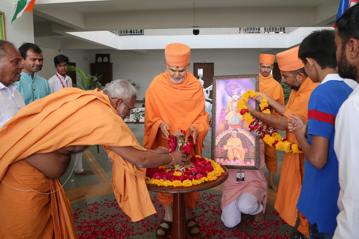 Swamishri offers pushpanjali to Thakorji
