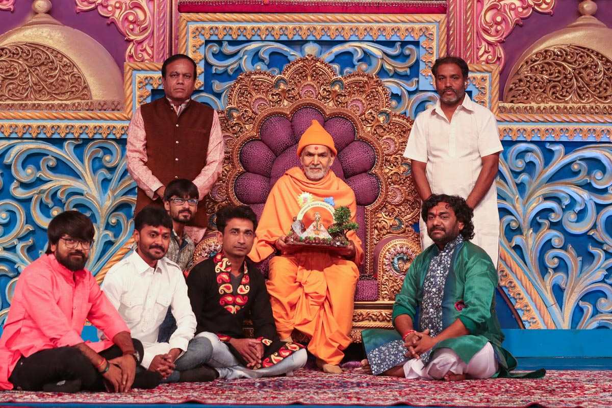Shri Sukhdev Dhameliya and others with Swamishri