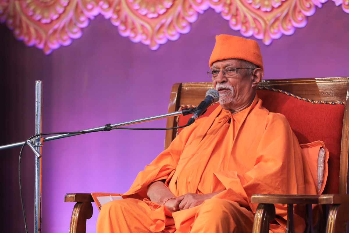 Pujya Swayamprakash Swami (Doctor Swami) delivers a discourse in the evening satsang assembly