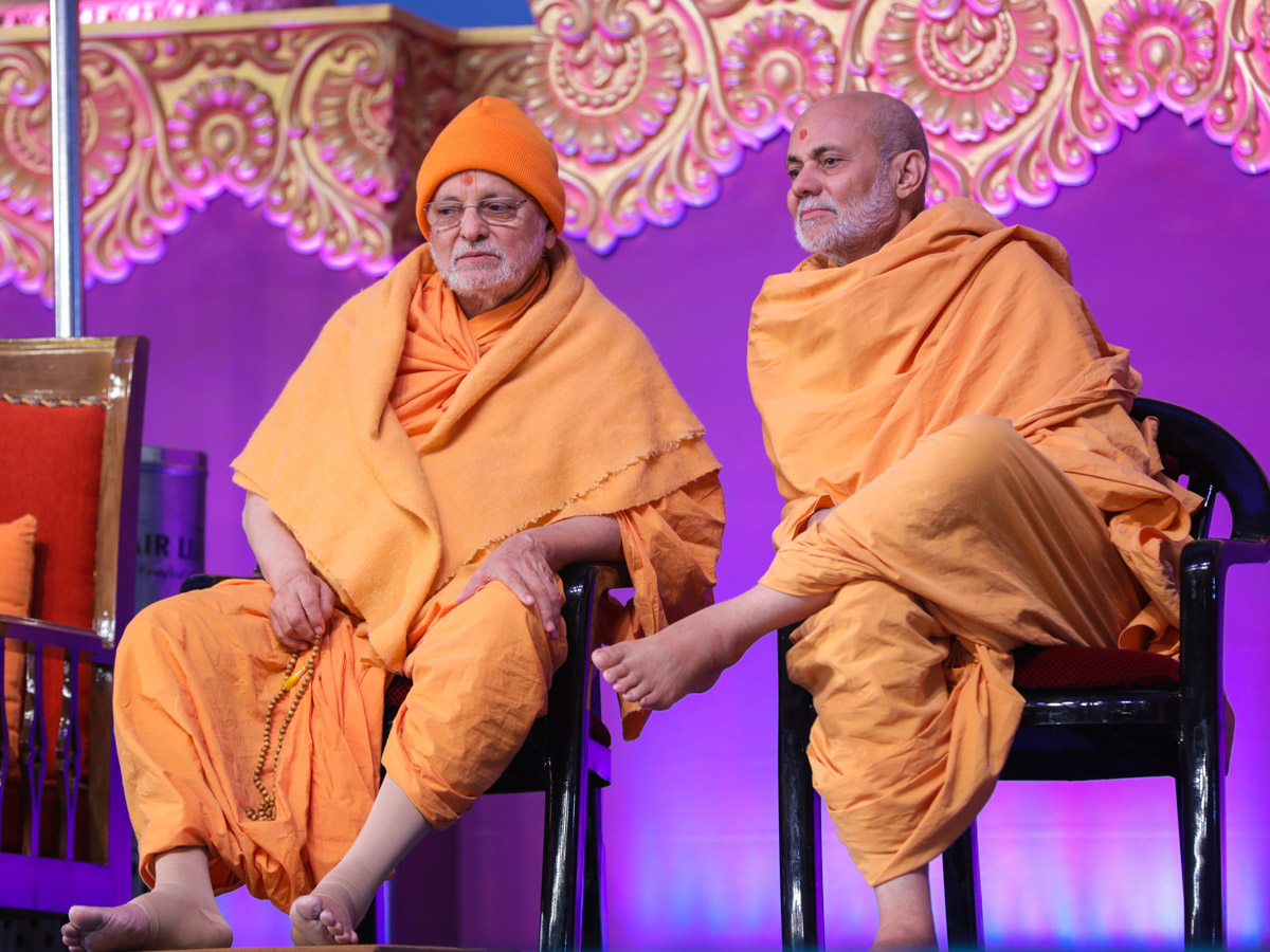 Pujya Ishwarcharan Swami and Pujya Viveksagar Swami during the assembly