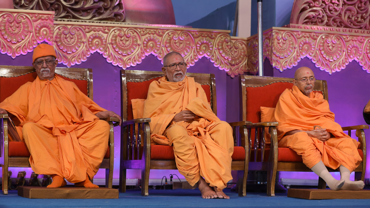 Pujya Doctor Swami, Pujya Kothari Swami and Pujya Tyagvallabh Swami during the assembly