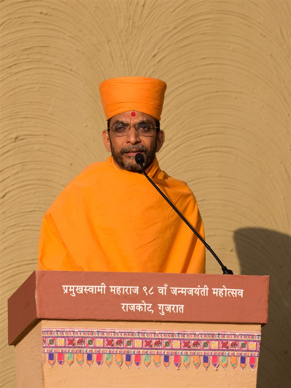 Adarshjivan Swami comperes the assembly