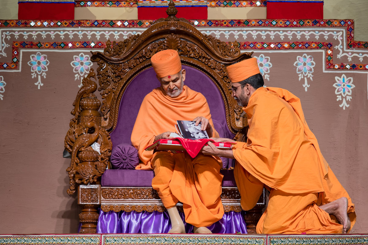 Swamishri observes the biography