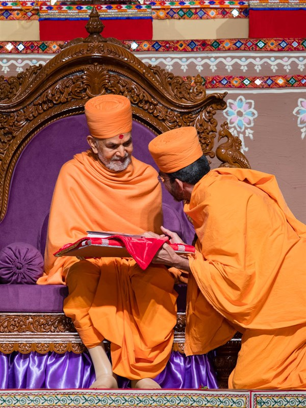 Swamishri blesses Adarshjivan Swami, author of the biography