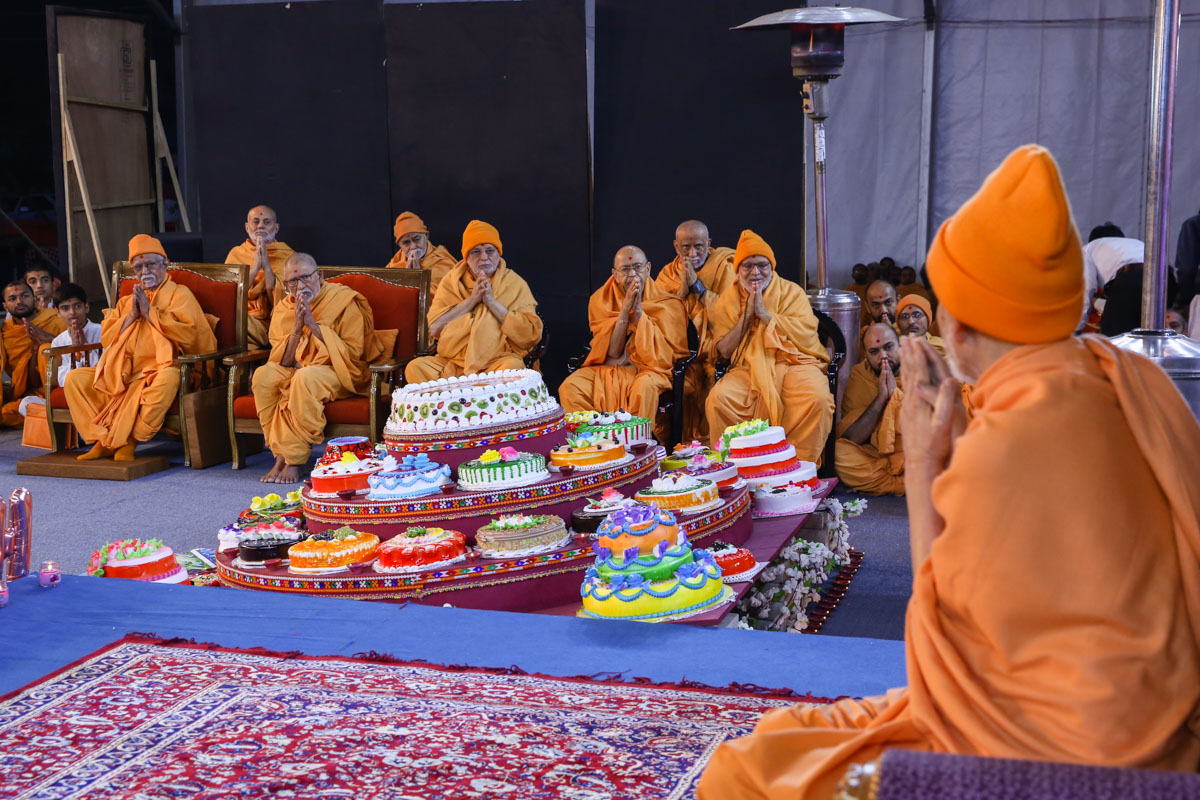 Swamishri greets senior sadhus with 'Jai Swaminarayan'