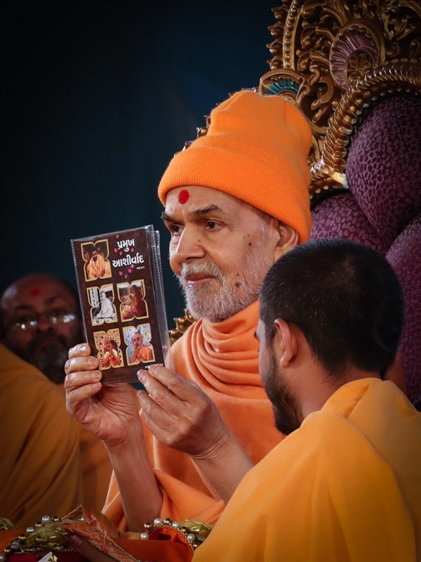 Swamishri inaugurates a video publication 'Pramukh Ashirwad'