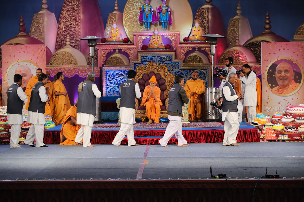 Karyakars doing darshan of Swamishri