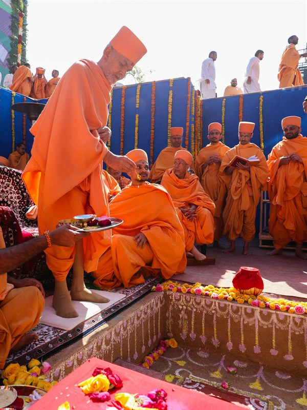 Swamishri performs the shilanyas rituals