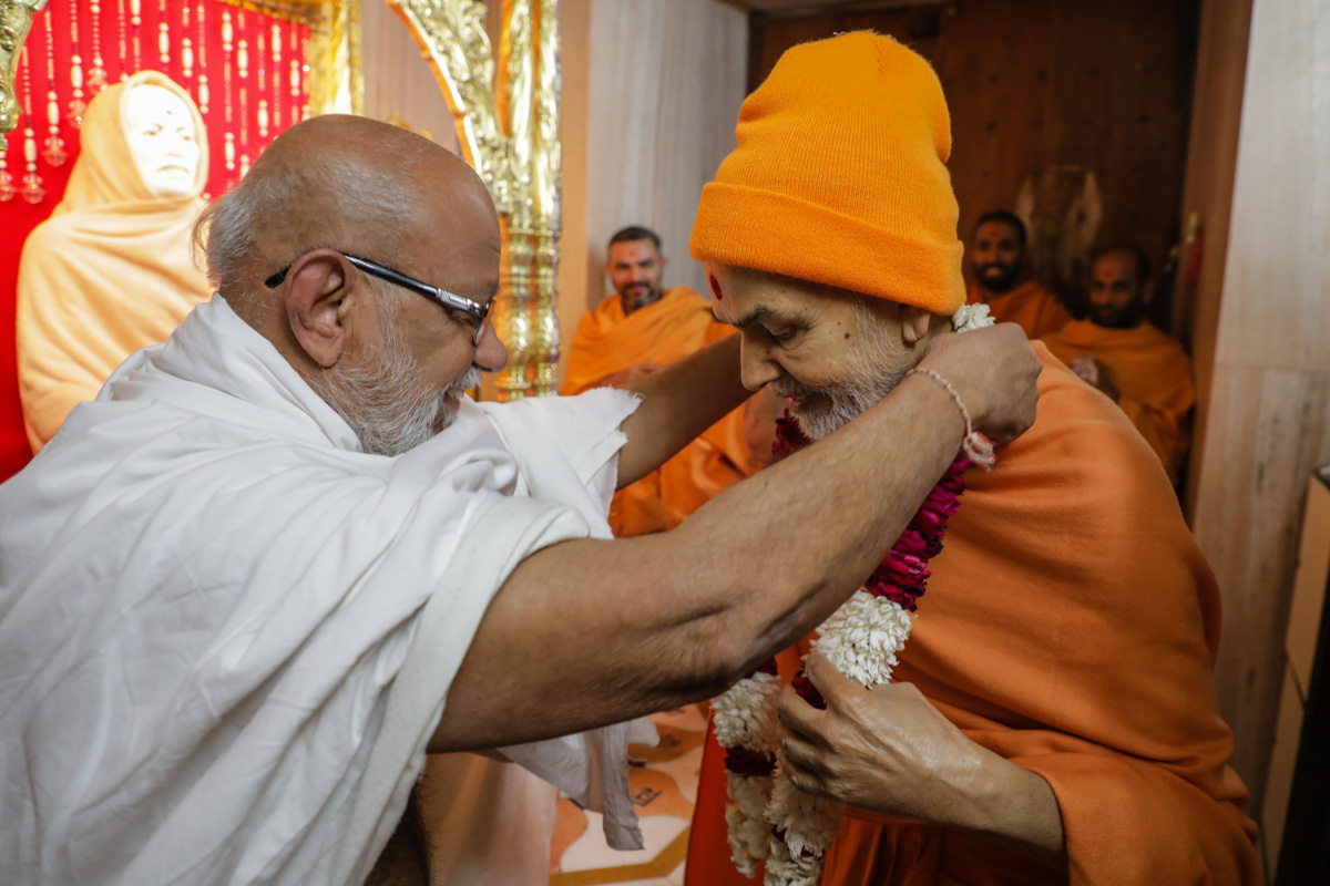 Pragat Bhagat honors Swamishri with a garland