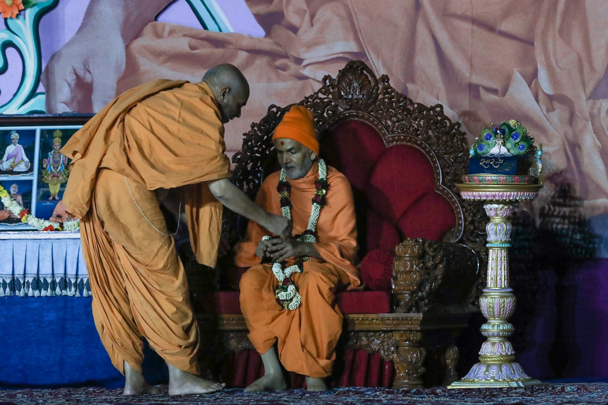 Pujya Viveksagar Swami welcomes Swamishri with a garland