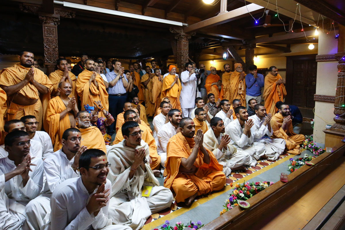 Sadhus, sadhaks and devotees doing darshan of Swamishri