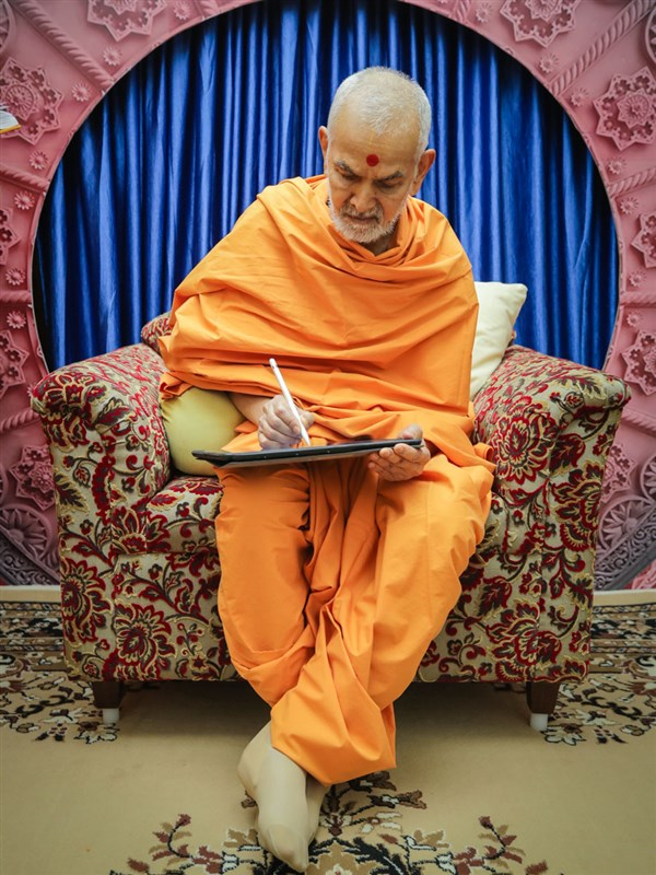 Swamishri writes message for the third day of Dhanurmas