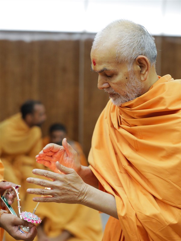 Swamishri takes aska of the arti