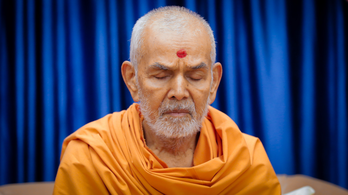 Swamishri meditates during the ashtaks