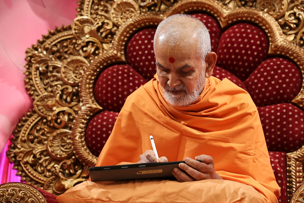 Swamishri writes a message for the fifth day of Dhanurmas