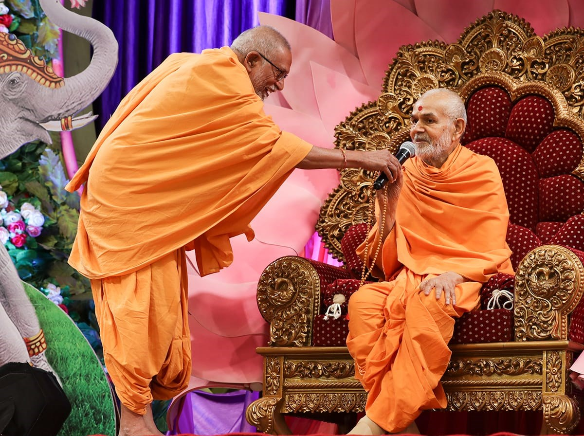 Swamishri responds to a question posed by Pujya Kothari Swami