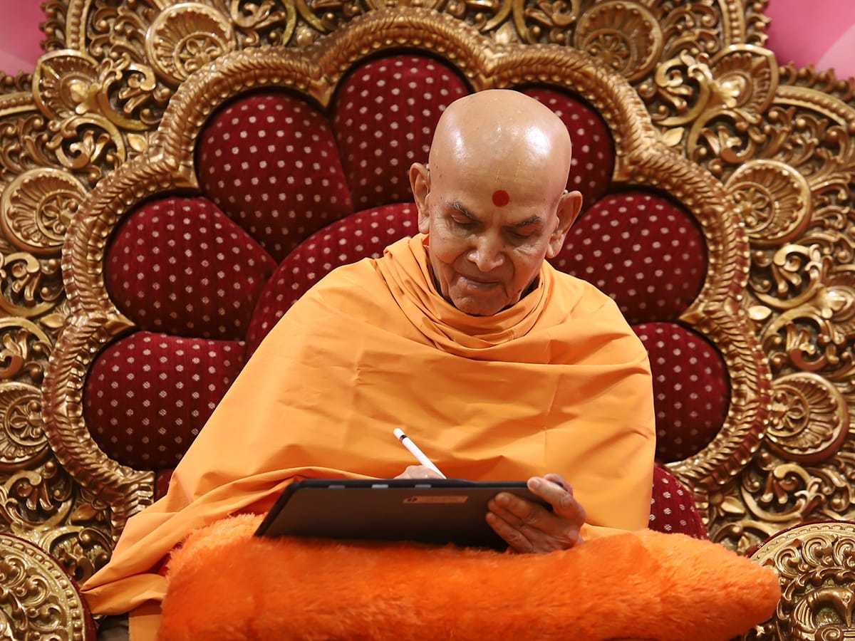 Swamishri writes a message for the sixth day of Dhanurmas