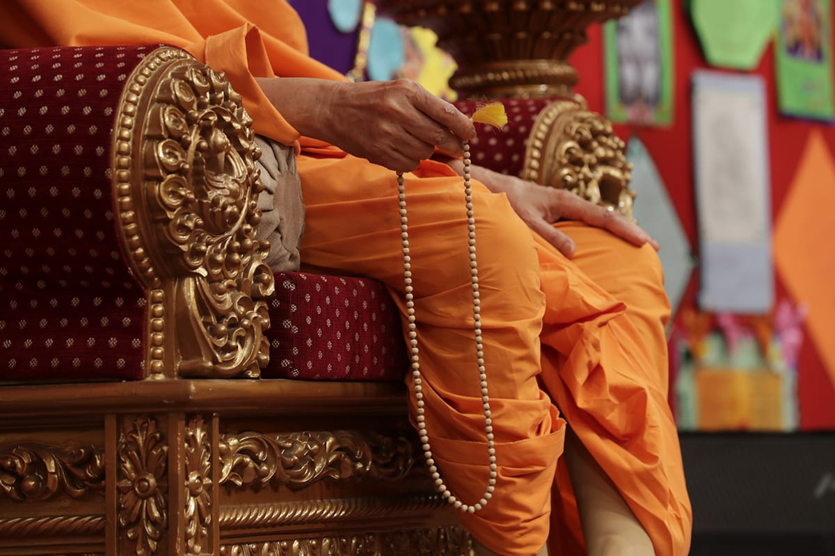 Swamishri turns malas during the assembly