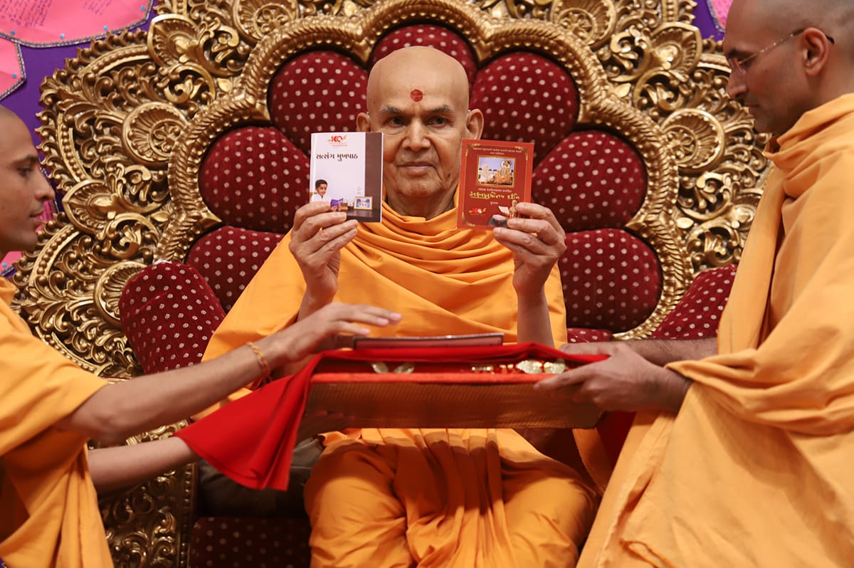 Swamishri inaugurates two print publications