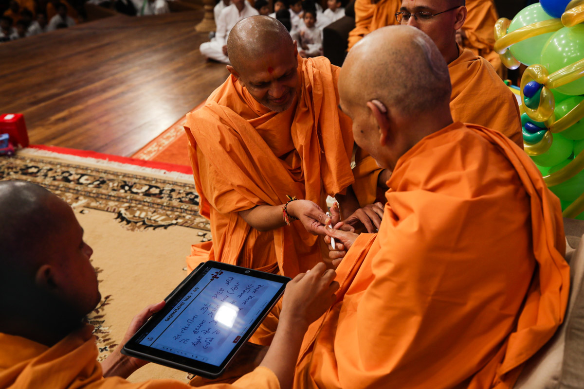 Swamishri writes message for ninth day of Dhanurmas