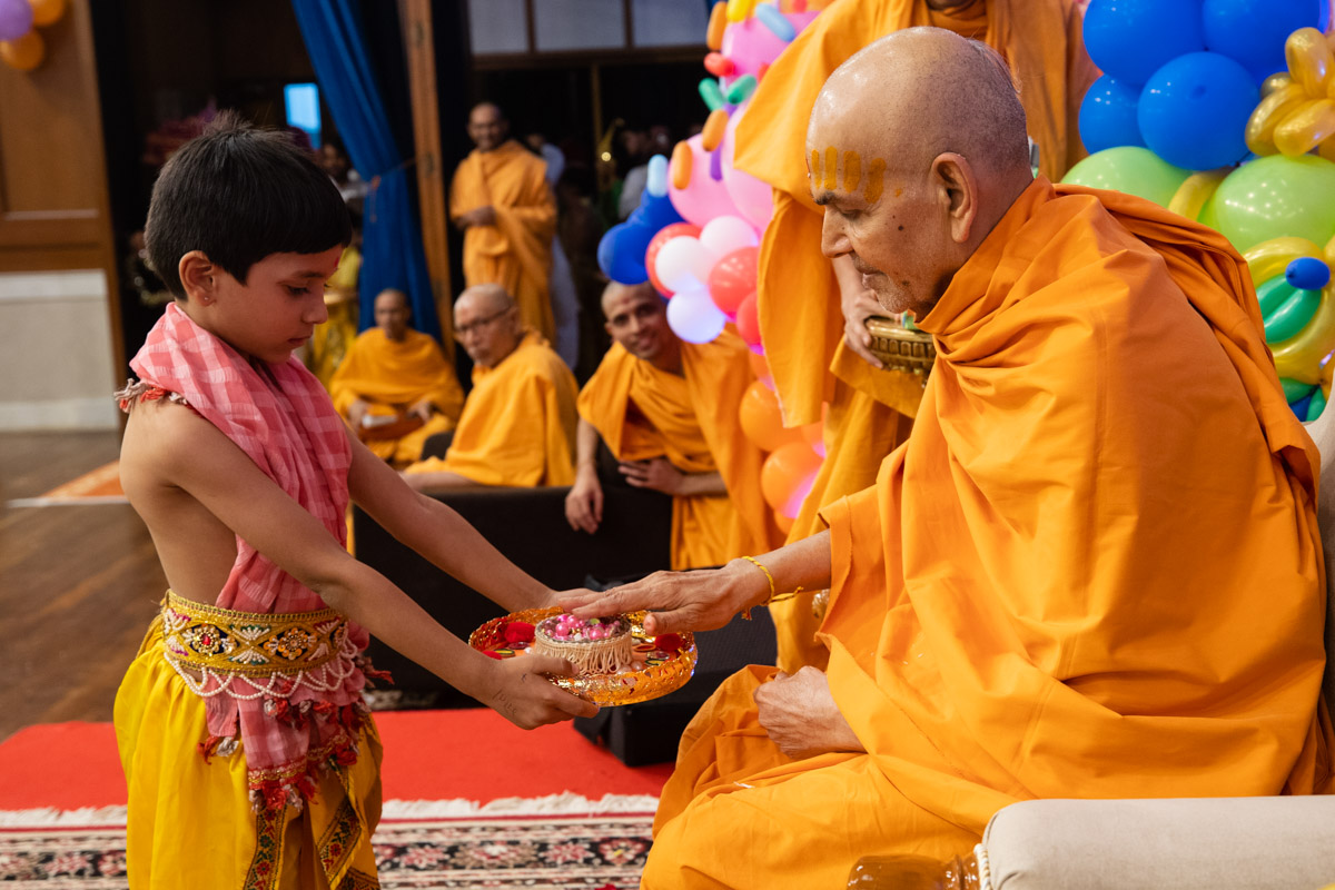 Swamishri participates in a Shishu Din activity