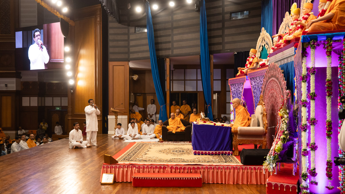 Devotees present mukhpath before Swamishri