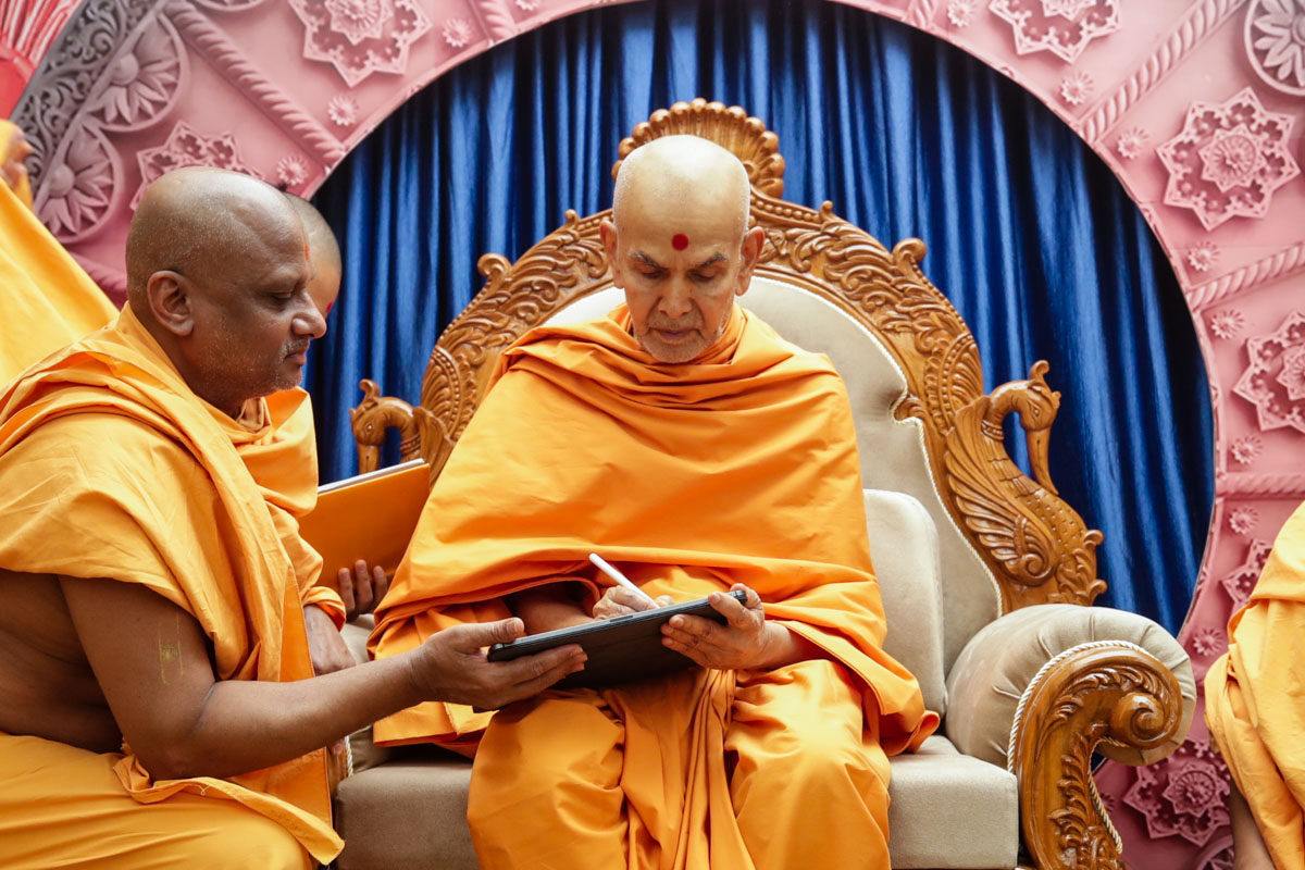 Swamishri writes message for Dhanurmas