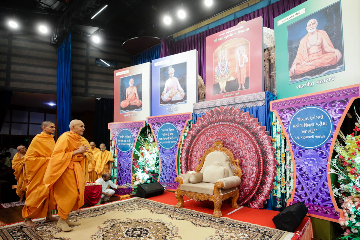 Swamishri observes the stage decoration