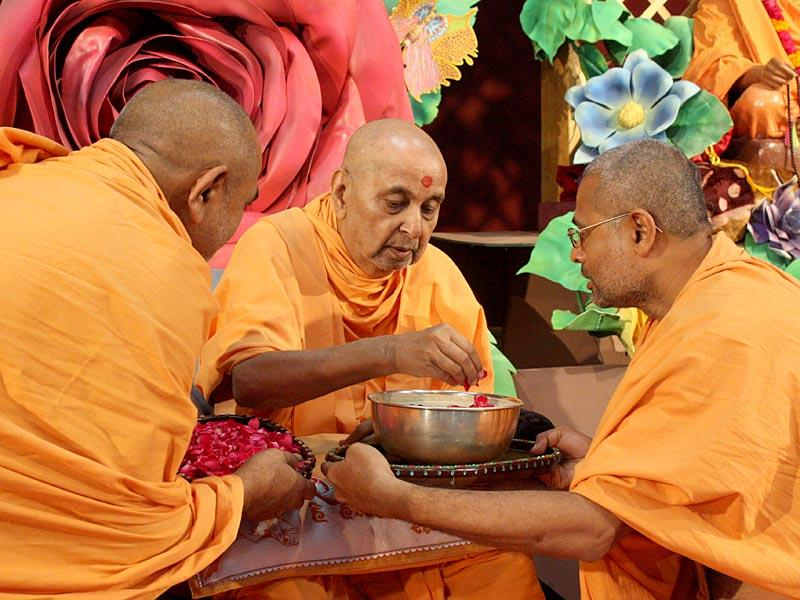 Swamishri sanctifies dudhpak to be served to all
