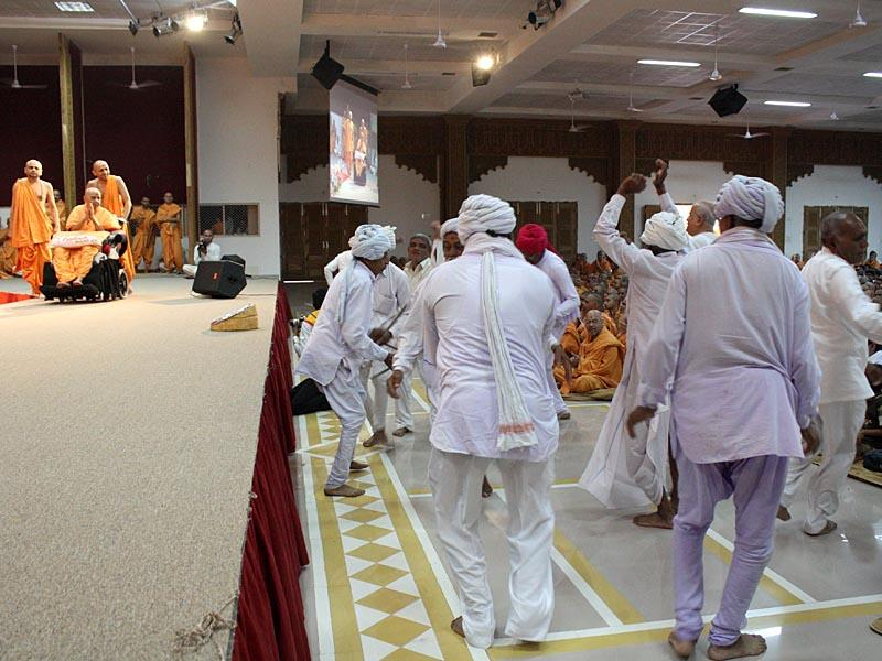 Devotees rejoice by dancing before Swamishri