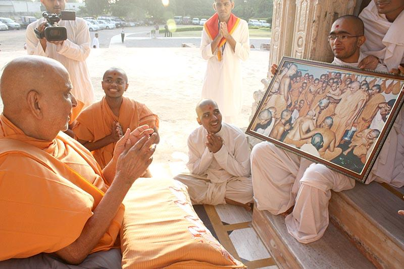 Swamishri engaged in darshan at the shrine of Shri Ganeshji
