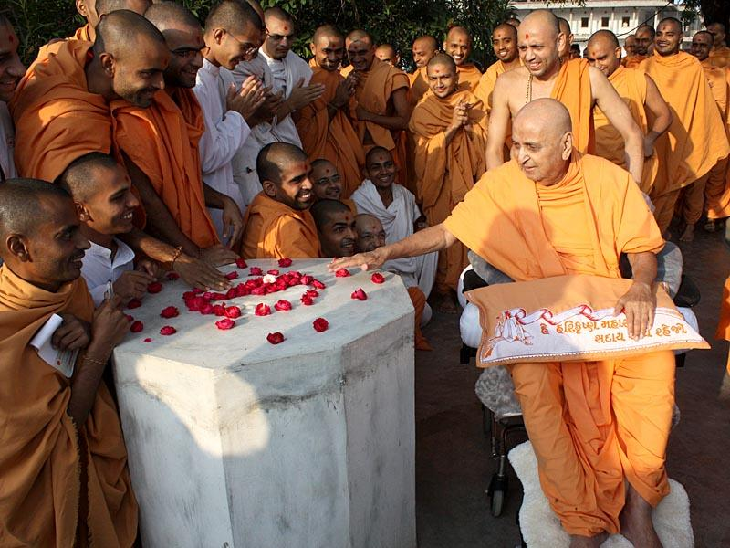 Swamishri circumambulates a sacred shrine