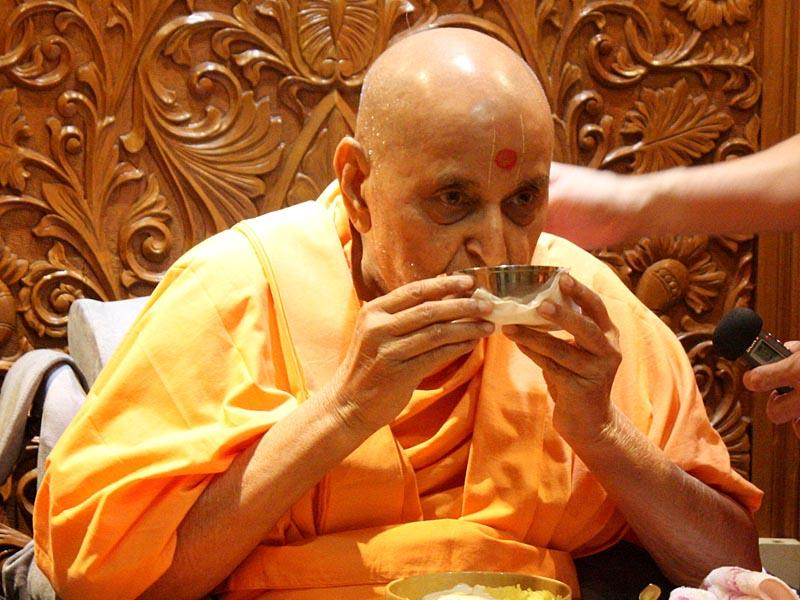 Swamishri has the sanctified dudhpak