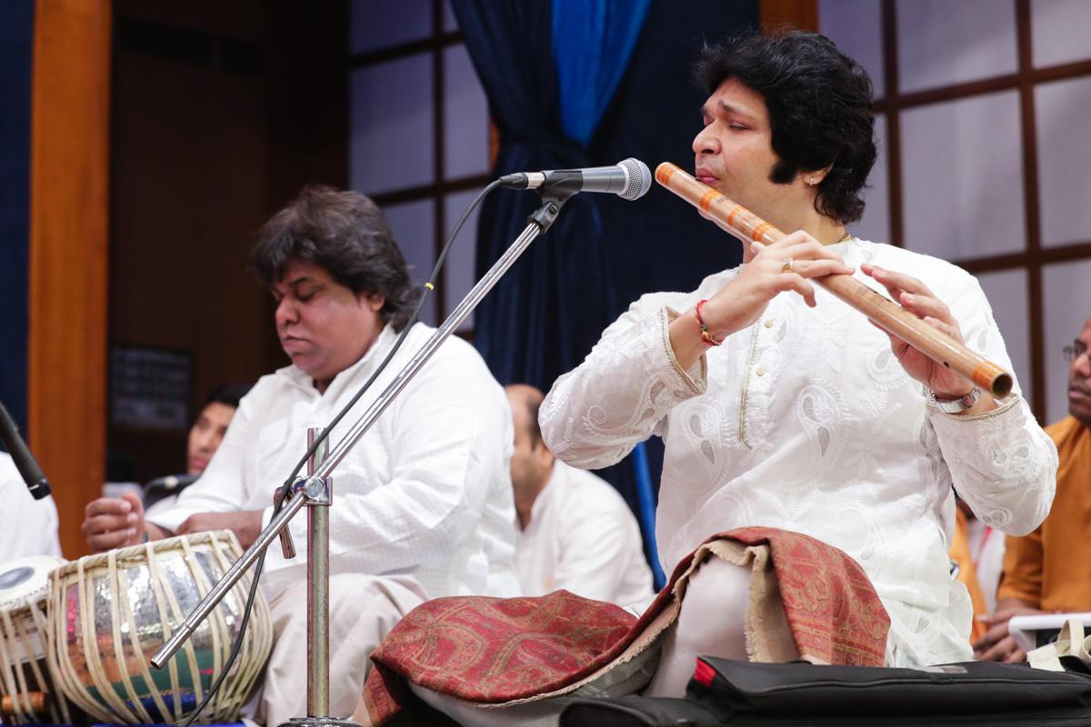 Shri Rakesh Chaurasia plays flute in Swamishri's daily puja