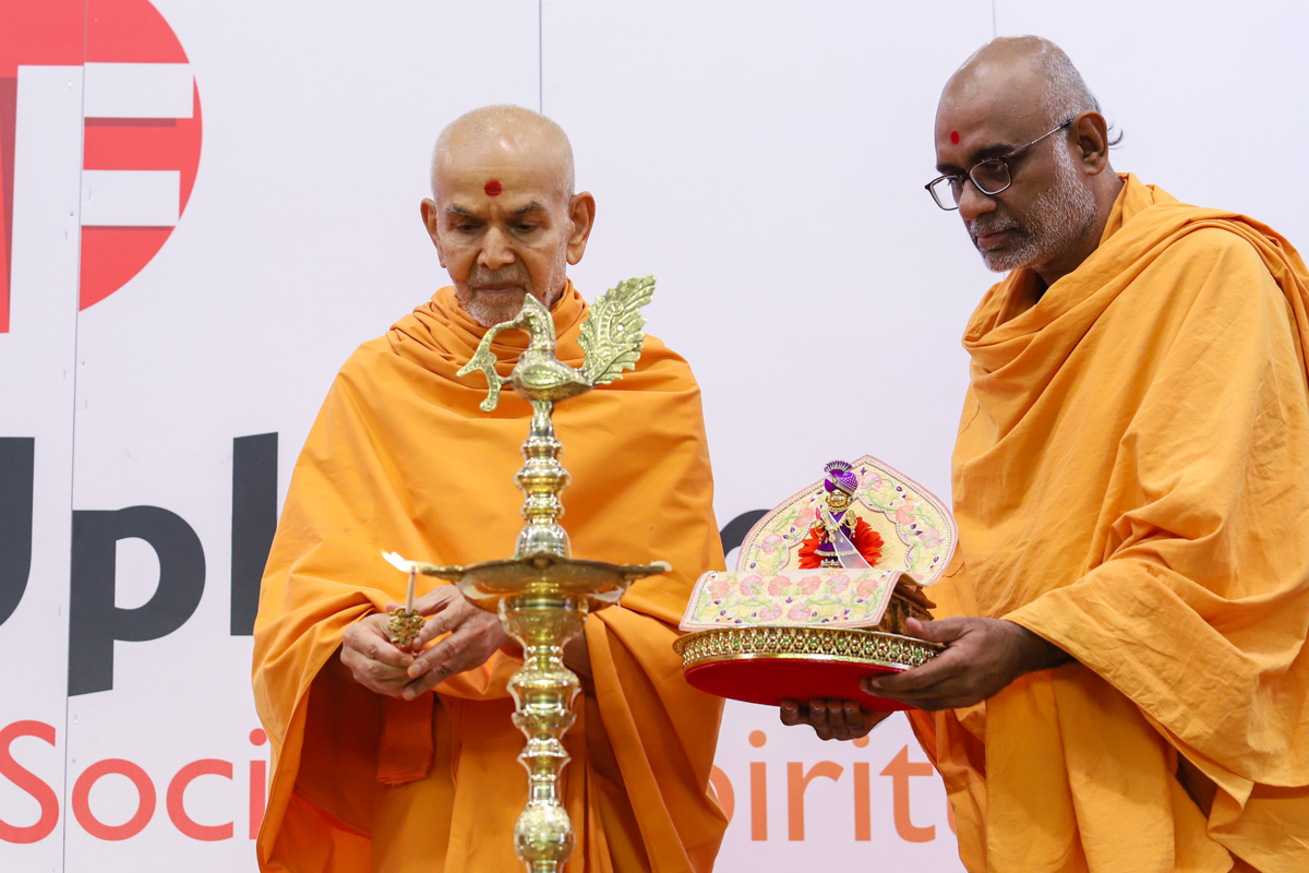 Swamishri lights the inaugural lamp