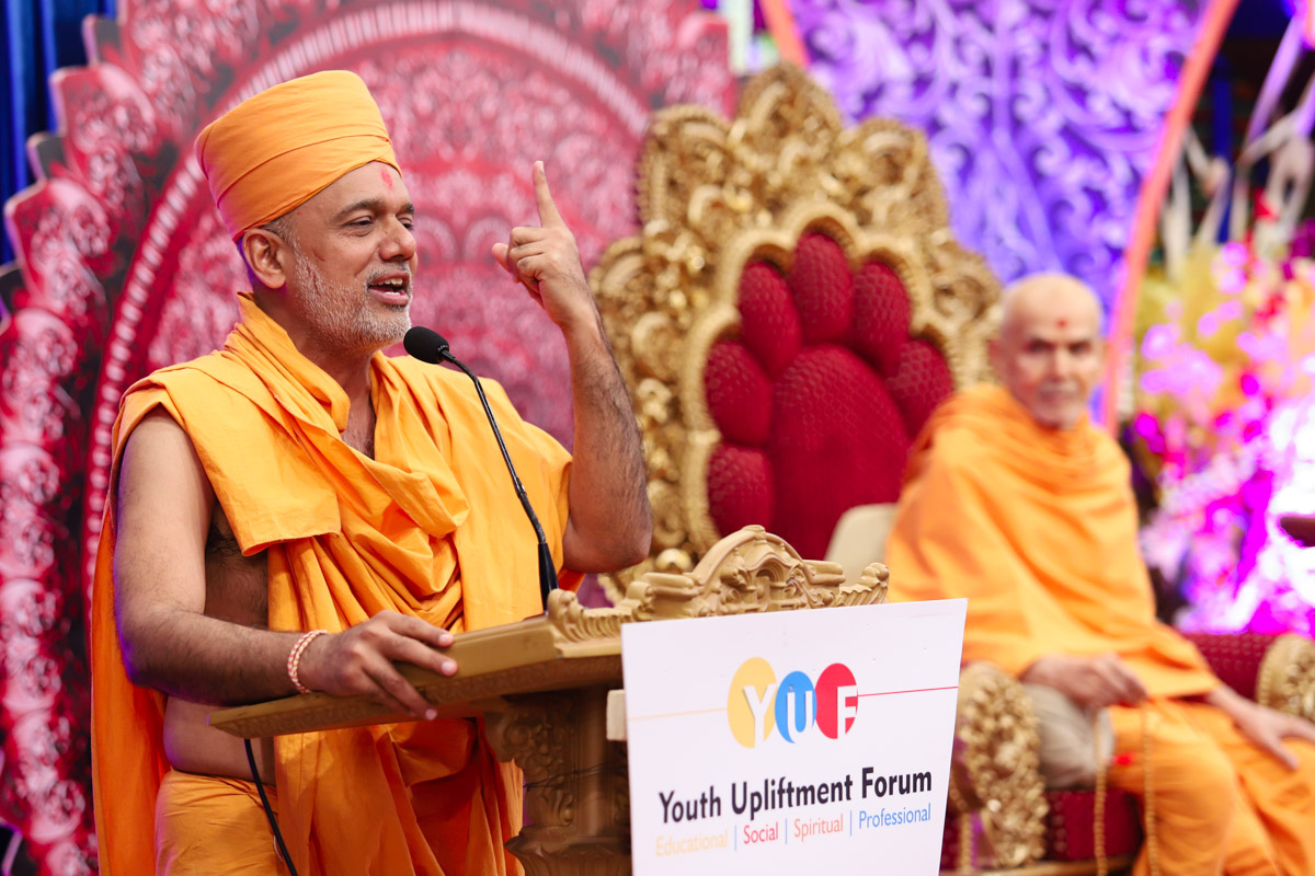 Gnanvatsal Swami addresses the assembly