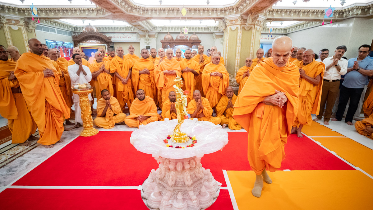 Swamishri performs pradakshina of Shri Nilkanth Varni