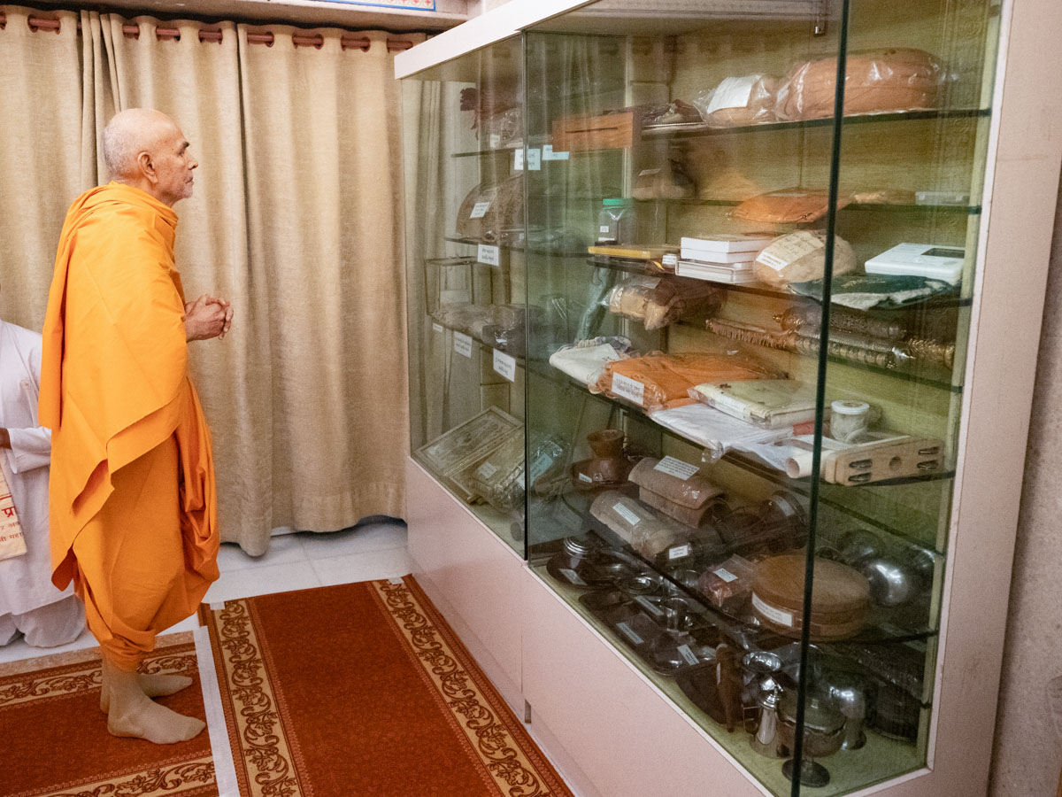 Swamishri engrossed in the darshan of holy relics of Brahmaswarup Pramukh Swami Maharaj