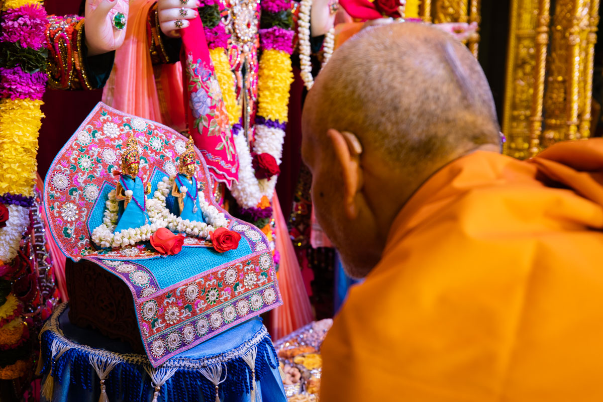Swamishri engrossed in darshan of Shri Jabareshwar Maharaj