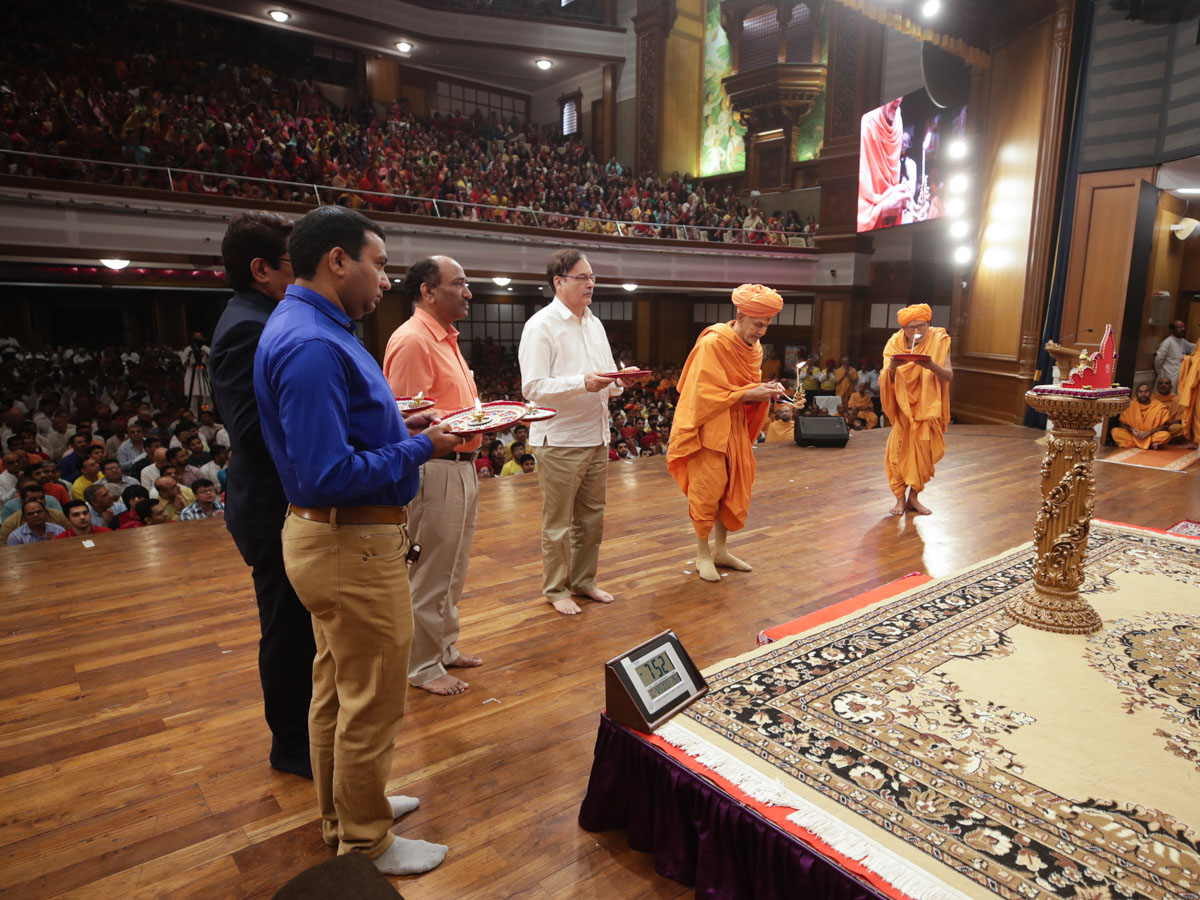 Swamishri, Pujya Kothari Swami and invited guests perform the evening arti