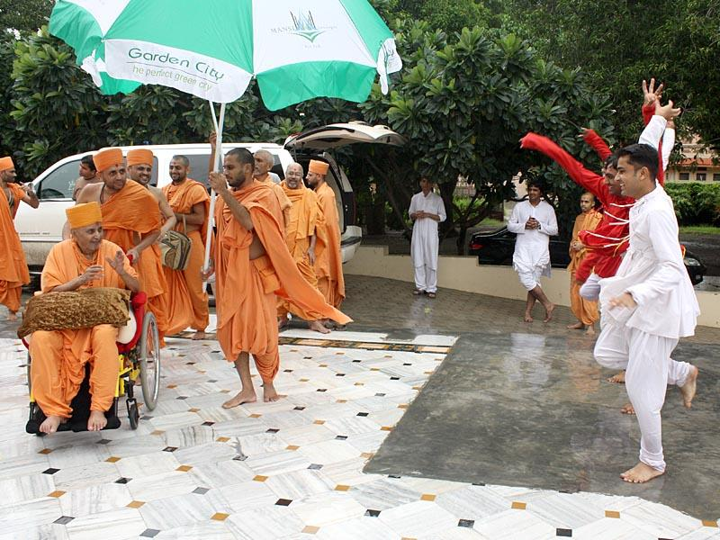 Swamishri arrives at Shri Yagnapurush Smruti Mandir