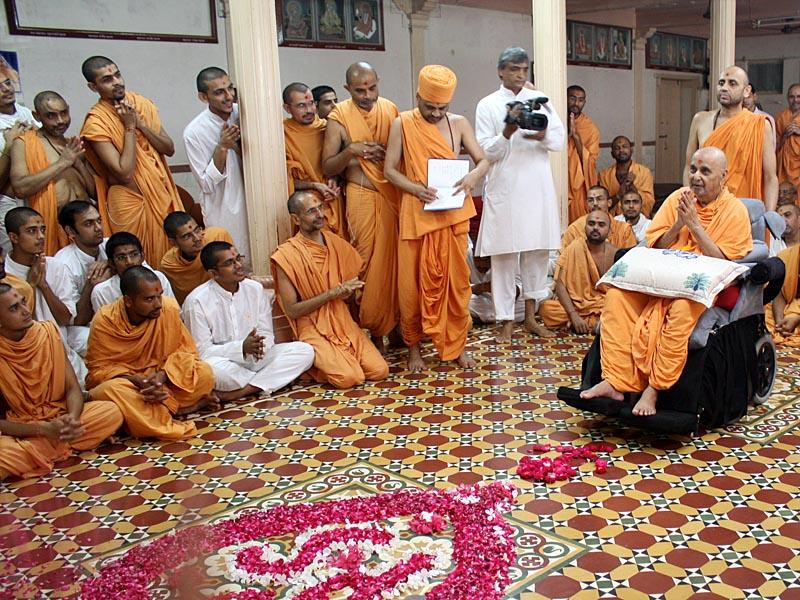 Swamishri engaged in darshan of Thakorji in small assembly hall...